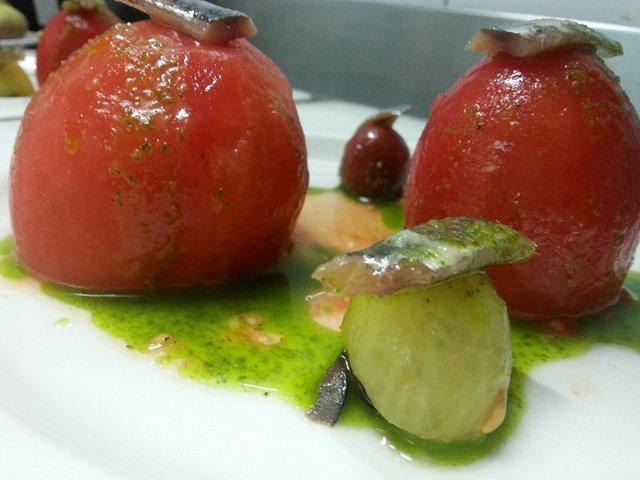Tomates asados rellenos de crema de anchoa